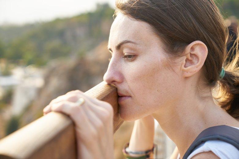 Objawy depresyjne, izolacja od ludzi - to zachowania osoby poddawanej mobbingowi.