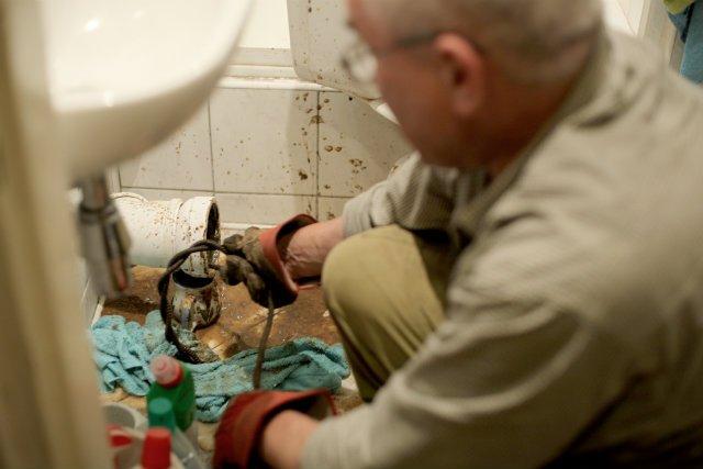 Pracownicy zawodów przyszłości siedzą dzisiaj umorusani w naszych łazienkach i stawiają ściany działowe w open space'ach