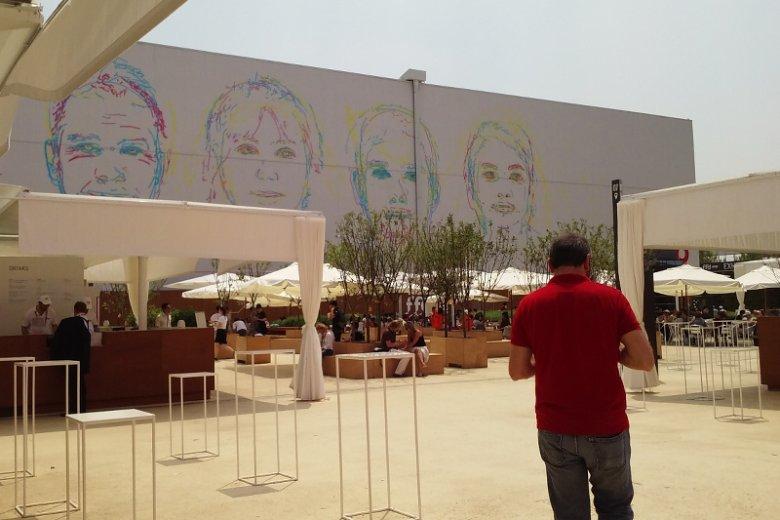 Widok na halę The Futuro Food District wraz z otaczającymi ją punktami gastronomicznymi dla klientów