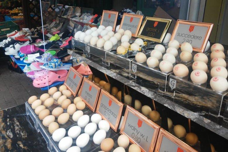 Na stoisku obok można kupić plastikowe klapki w podobnej cenie do ceny jednego eksluzywnego jajka.