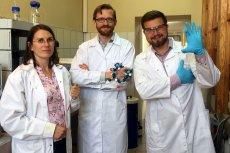 Zespół naukowców z UW wynalazł najskuteczniejszą substancję działającą przeciwbólowo. 5000 razy skuteczniejszy niż morfina. Od lewej dr inż. Beata Wileńska, dr Rafał Wieczorek i Bartłomiej Fedorczyk.