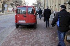 Zdaniem Ministerstwa Infrastruktury piesi muszą się podzielić chodnikiem z kierowcami