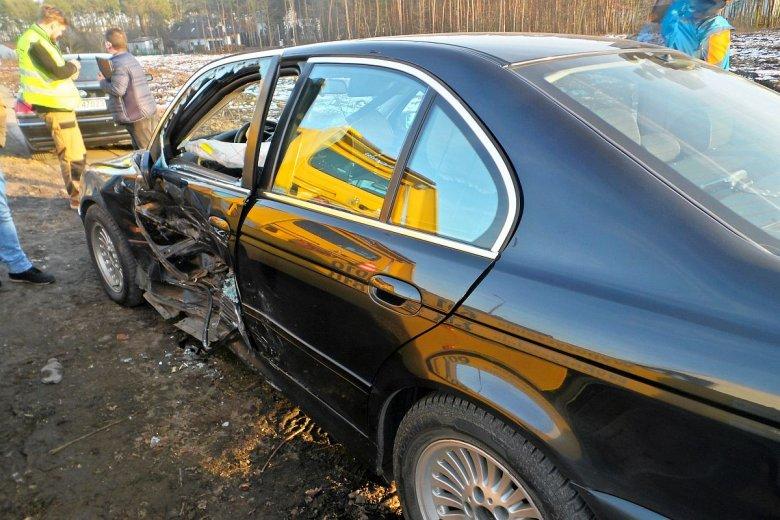 Szlak przejazdów limuzyn SOP znaczą rozbite auta. Na zdjęciu rządowe BMW po nieudanym przejeździe na czerwonym świetle