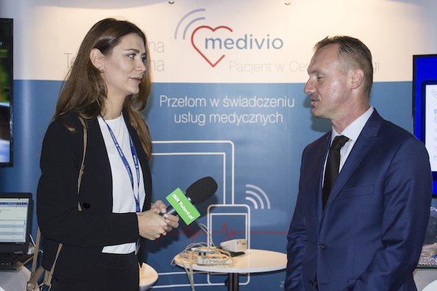 Mariusz Czerwiński podczas rozmowy z redaktor naczelną INN:Poland, Nino Dżikiją.