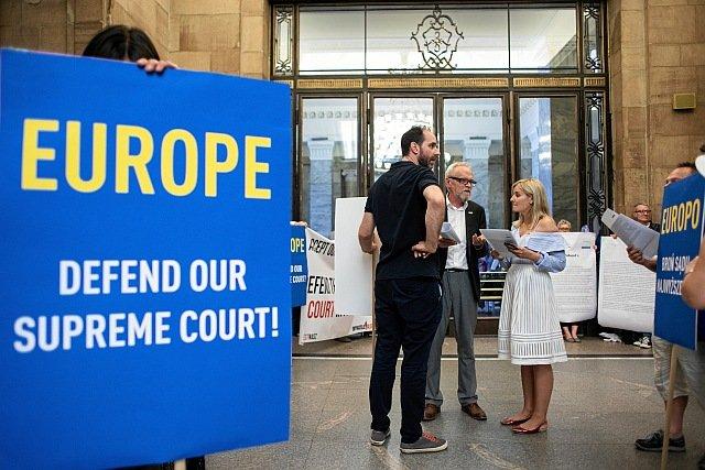 W Polsce trwają demonstracje w obronie Sądu Najwyższego. Ich adresatem są też instytucje europejskie, które mogą zatrzymać reformę PiS