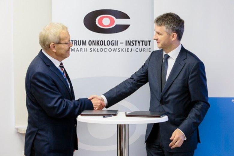 Podpisanie umowy o powołaniu Centrum Naukowo-Przemysłowego. Od lewej: prof. Jan Walewski, dyrektor Centrum Onkologii-Instytutu oraz Wiktor Janicki, dyrektor generalny Roche Polska