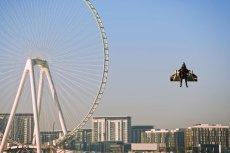 Urządzenie firmy Jetman Dubai uniosło jej pilota na wysokość ok. 1,8 km.