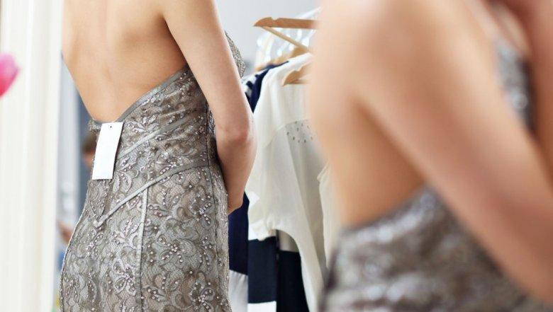 Aby zwrócić używane ubranie w sklepie, oszukujący klienci nie odrywają metki.