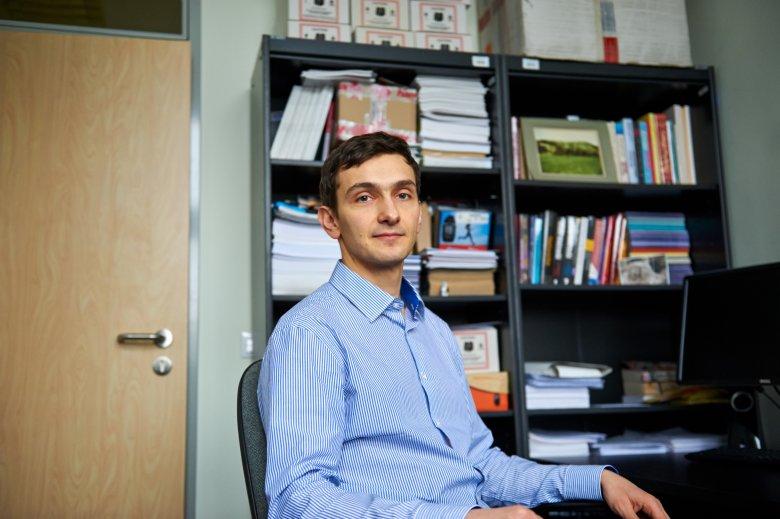Szafka za plecami dr Konrada Iwanickiego zastawiona jest mnóstwem gadżetów, które służą do eksperymentowania w sieci