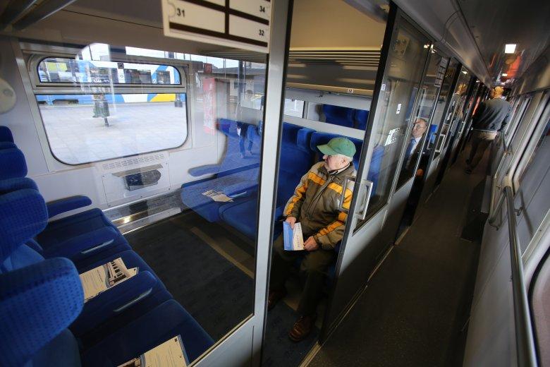 Pasażerowie PKP Intercity jadący ze Lwowa do Przemyśla zostali wyproszeni z pociągu z powodu bezpańskiej torby. W błocie przedzierali się do taksówek.
