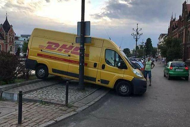 Kto umie tak zaparkować? Tylko kurier! A przy okazji: nikomu nie przeszkadza, infrastruktura bez zniszczeń