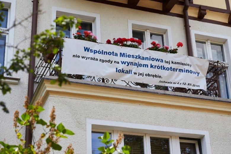 """Wynajem krótkoterminowy, zwłaszcza w budynkach współdzielonych ze """"zwykłymi"""" mieszkańcami, bywa niezbyt miło widziany. Na zdjęciu protest lokatorów w Sopocie."""