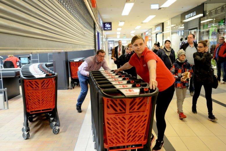 Carrefour i Netto wydłużają godziny otwarcia w weekendy.