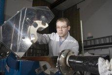 Doktor Krzysztof Kozioł ze swoim zespołem wypracowali nową metodę masowej produkcji grafenu.