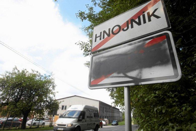 Zniszczone polskie tablice w miejscowości Hnojnik.