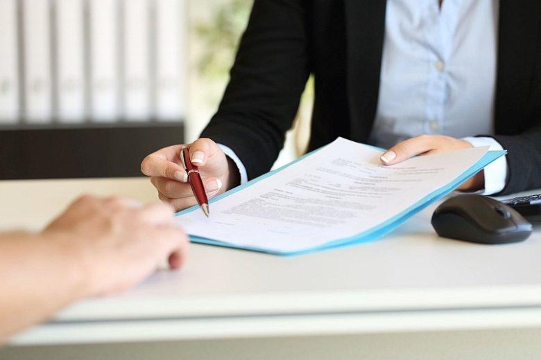 Niektóre firmy pożyczkowe oferują swoje usługi osobom, które nie ukończyły jeszcze 21 roku życia. Przegląd ich ofert można znaleźć w takich internetowych rankingach pożyczkowych jak Sowa Finansowa