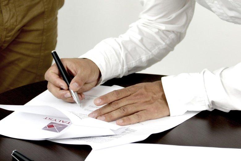 Z krzywdą dla swoich finansów dopuszczamy się takich błędów jak nieczytanie umowy przed jej podpisaniem