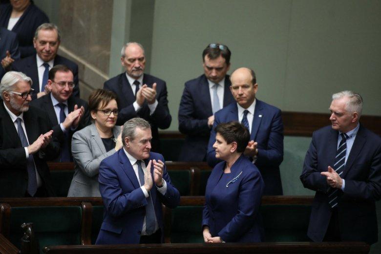 """Rząd Beaty Szydło musiał oddać nagrody i od tego momentu ruszyła kampania na rzecz """"skromności w polityce""""."""