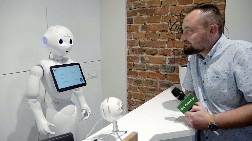 Robot na recepcji jest bardzo rozmowny.