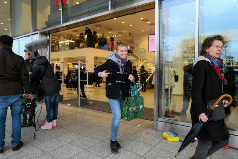 Niektórzy klienci H&M czekają na dostawę nawet do czterech tygodni, jak skarżą się na profilu firmy na Facebooku.