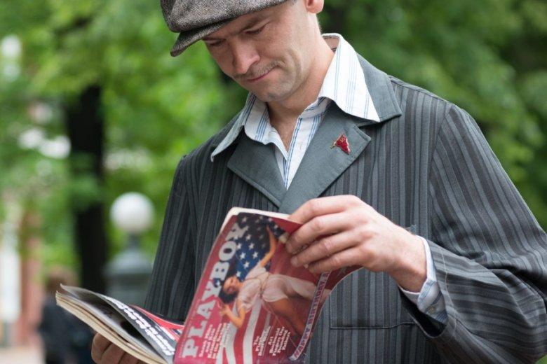 """""""Playboy"""" to instytucja: magazyn, który w zachodnich salonach prasowych trafia na tę samą półkę, co """"The Economist""""."""