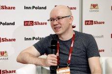 """Michał Szafrański, autor bloga i książki """"Zaufanie, czyli waluta przyszłości"""" w studio innpoland.pl na konferencji infoShare."""