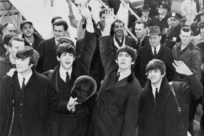 The Beatles po przybyciu na lotnisko im. Kennedy'ego (USA), 1964