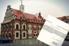 Władze Kamienia Pomorskiego obchody Dnia Niepodległości postanowiły uczcić poprzez umieszczenie przed budynkiem ratusza dużego godła Polski