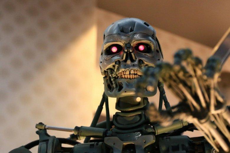 Wyniki eksperymentu inżynierów Google bywają porównywane do stworzenia SkyNetu, diabolicznego systemu znanego z serii filmów o Terminatorze.
