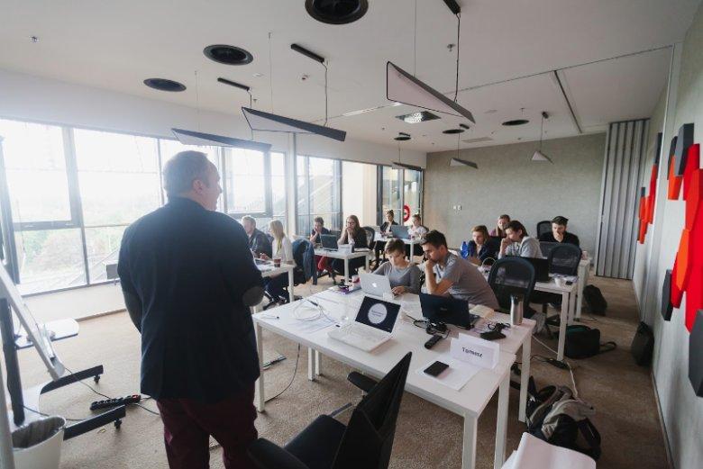 Coders Lab to największa w Polsce szkoła programowania. Podstawowy kurs przewiduje naukę w liczbie 320-360 godzin w trybie dziennym lub weekendowym