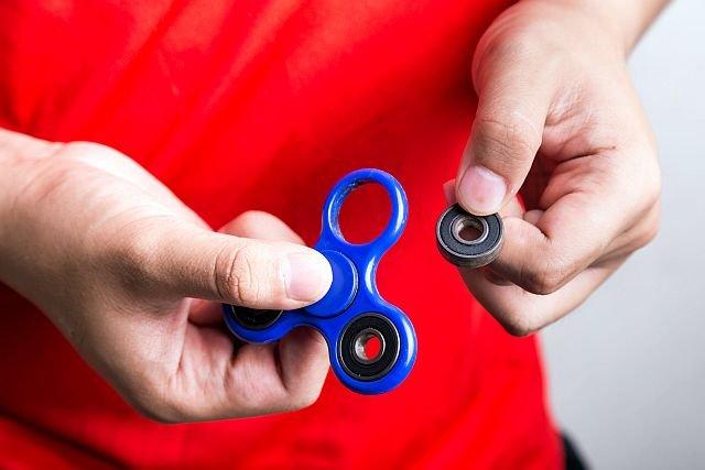 Komisja Europejska ostrzega przez fidget spinnerami. Niektóre z nich mogą być zagrożeniem dla dzieci