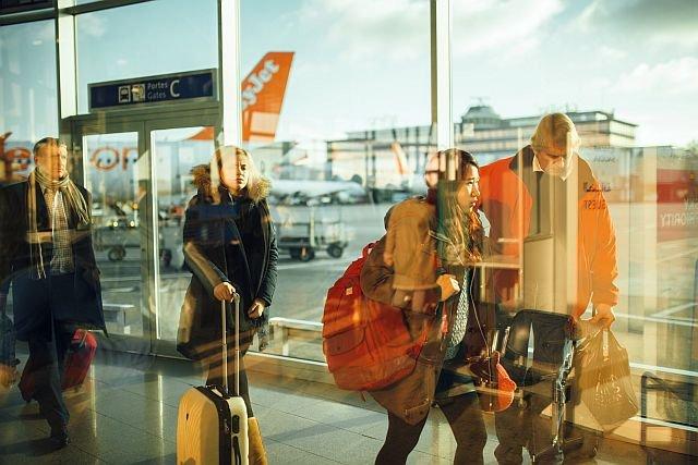 Jak kupić najtańszy bilet lotniczy? Wszystko zależy od wyprzedzenia, z jakim zaczniemy go szukać. Trzeba też unikać lotów w weekendy, są na ogół o połowę droższe, niż w inne dni tygodnia