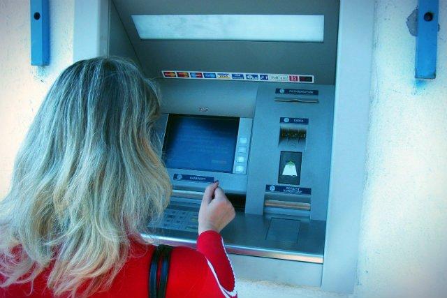 Przez pierwsze półrocze banki wyciągnęły z kieszeni Polaków 8,8 mld złotych