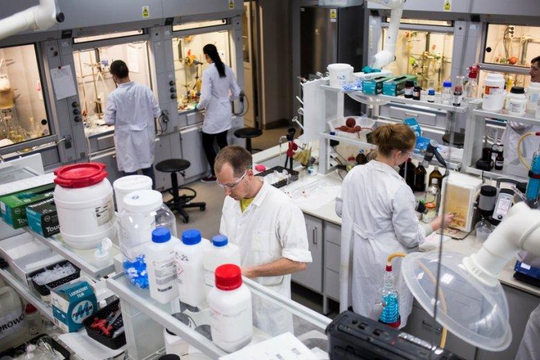 Ponad 380 naukowców, w tym ponad setka badaczy z tytułem co najmniej doktora - to potencjał kadr firmy.