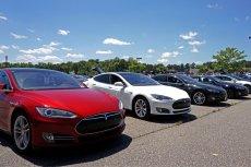 Nowa funkcja Tesli Smart Summon nie jest do końca dopracowana – ostrzegają użytkownicy samochodów.