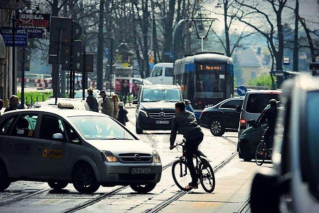 W wielu rowerzystach rośnie irytacja związana z wymaganiem od nich jeżdżenia po ścieżkach rowerowych.