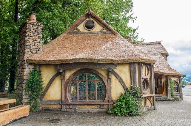 """W Leśnym Ogrodzie Botanicznym """"Marszewo"""" powstają domki, przypominające wyglądem hobbicie norki"""