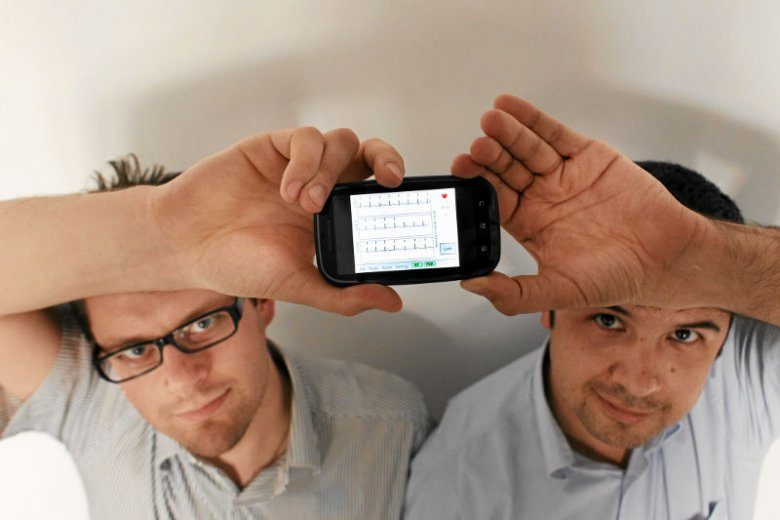 Nad urządzeniami wraz z Markiem Dziubińskim pracował Tomasz Mularczyk, który od 2010 roku pełni funkcję wiceprezesa zarządu. Pierwsze urządzenia PocketECG były tak naprawdę zmodyfikowanym smartfonem.