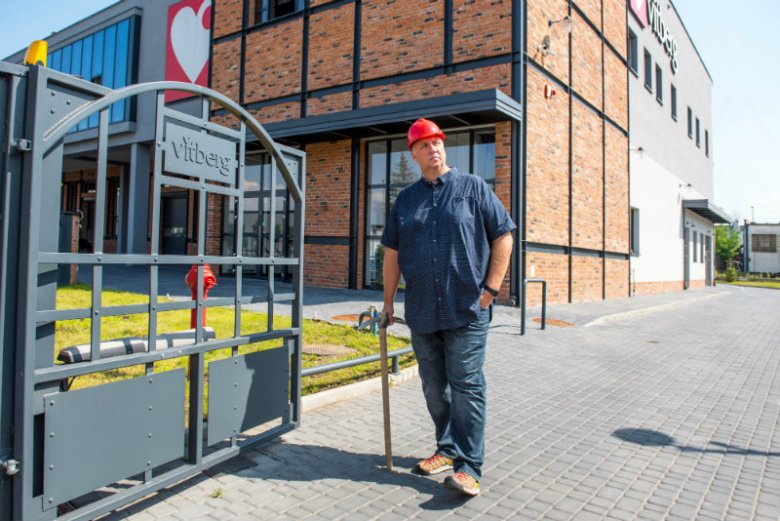 Jacek Sikora przed wejściem do fabryki Vitberg, która otrzymała Grand Prix architektury Nowego Sącza XXI wieku