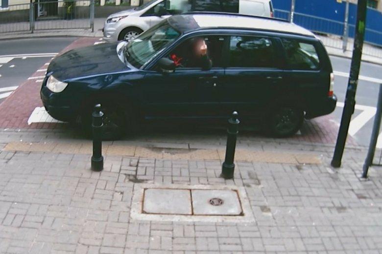 """Kampania Zarządu Dróg Miejskich """"10 metrów"""" pokazuje, jak reagują kierowcy, gdy zwraca im się uwagę na złamanie przepisów."""