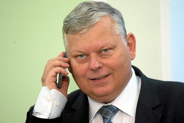 """Sejmowa komisja pod przewodnictwem posła Suskiego usiłuje zmienić strukturę PPL """"Porty Lotnicze"""". Jej efektem będzie wyłączenie załogi z możlwości wpływu na firmę oraz odcięcie jej od akcji."""