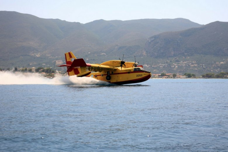 Jedna z maszyn Canadair, nabierająca wody morskiej przed lotem nad terytorium ogarnięte pożarem.
