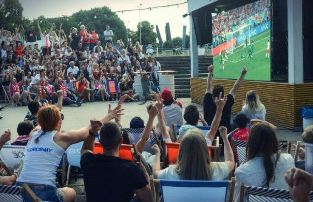 Kibice z całego świata oglądali piłkarzy paradujących przy liniach bocznych z produktami Apple