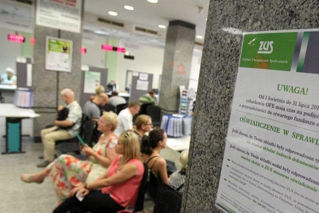 Szczecińscy petenci ZUS oczekujący w kolejce