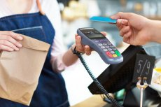 Program Polska Bezgotówkowa to inicjatywa mająca wspomóc miko- i małych przedsiębiorców w zakresie płatności bezgotówkowych. W jego ramach rozdawane są przez eSerivce darmowe terminale płatnicze z opcją zwolnienia z abonamentu na okres 12 miesięcy