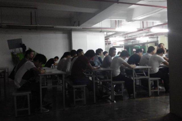 Pracownicy Pegatronu w trakcie szkolenia