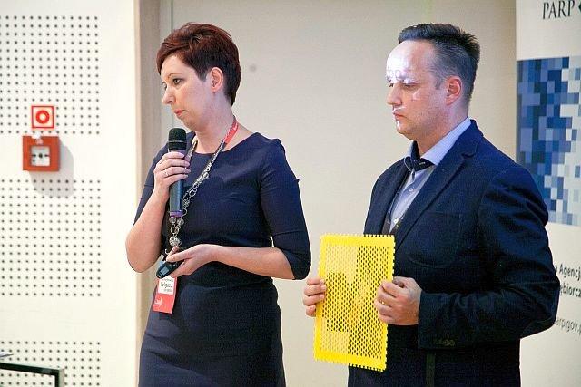 """Piotr Samojłowicz z żoną Anną. Za swój wynalazek """"Szablon Kształtów Plaster Miodu"""" został uhonorowany wyróżnieniem podczas IV Wschodniego Kongresu Gospodarczego w Białymstoku."""