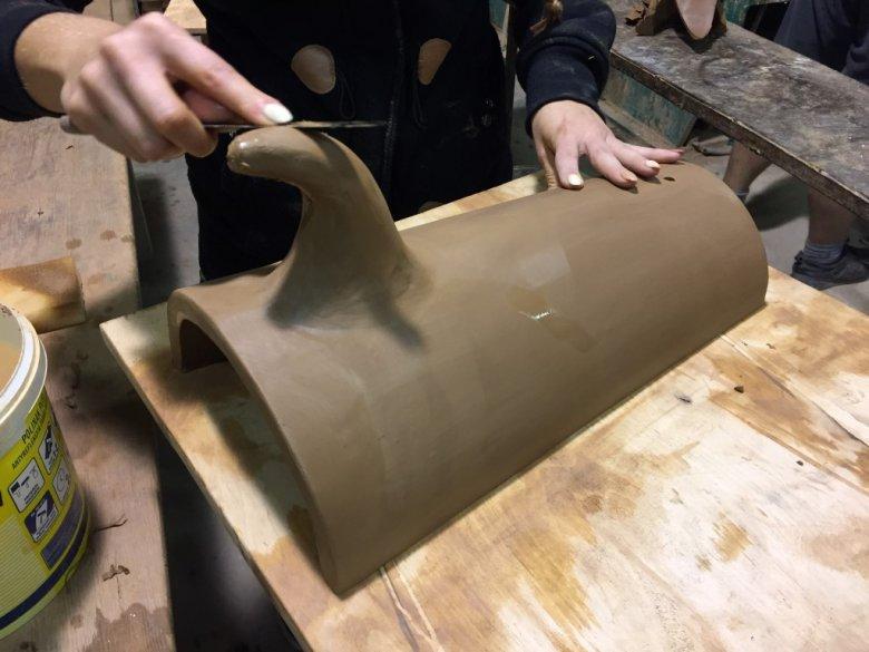 Odtworzony zabytkowy gąsior dachowy w trakcie obróbki ręcznej