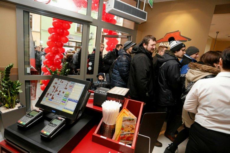 Tym, którzy tego nie lubią, boty pozwalają ominąć zamawianie poprzez infolinię czy aplikację - jak w Pizza Hut.