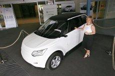 Kierownik projektu w Mieleckiej Agencji Rozwoju Regionalnego Grażyna Gajek przy pierwszym w pełni polskim prototypie samochodu elektrycznego ELV001. Rok 2011.